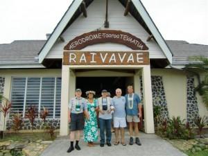 Abschied von Raivavae vlnr DL3APO, Emmy, DL1AWI, Dennis, DL5XU