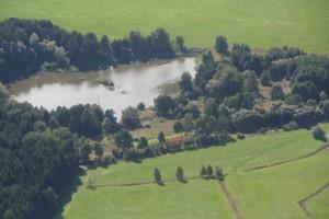 """Panoramaansicht des QTHs, im Hintergrund der """"Silbersee"""", ringsum Wiesen für allerhand Beverage Empfangsantennen"""